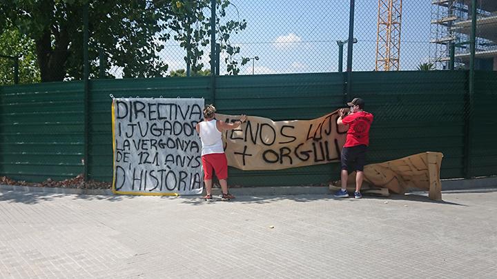 Una veintena de aficionados del Barcelona recibieron este mediodía con gritos y pancartas de protesta a los jugadores y los directivos. Foto Prensa Libre: Tomada de redes
