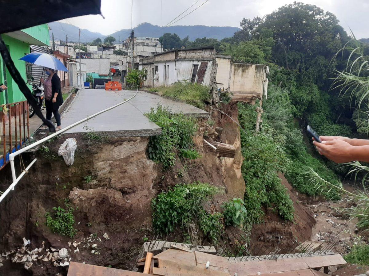 """""""No tenemos a dónde ir"""": Lluvia derriba colector en construcción y pone en riesgo a familias en Boca del Monte"""