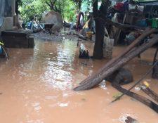 Lluvia inunda ocho casas y terrenos de cultivos en Maneliz, Santo Domingo Suchitepéquez. (Foto Prensa Libre: Conred)
