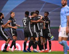 Los jugadores del Lyon festejan uno de los goles de Dembele en la victoria contra el City. (Foto Prensa Libre: EFE).