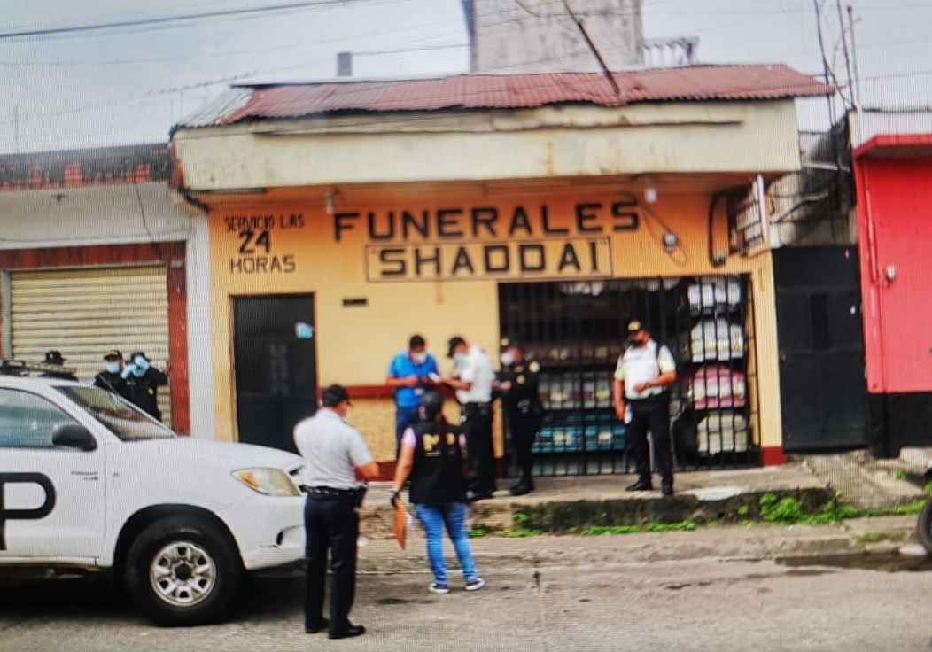 Cómo tres ataúdes en una escena del crimen llevaron al MP y PNC a allanar una funeraria en Mazatenango
