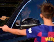 Admiradores de Messi esperaban verlo en la entrada del centro de entrenamiento Joan Gamper para una sesión médica en la víspera de la reanudación de los entrenamientos, pero no se presentó. (Foto Prensa Libre: AFP)