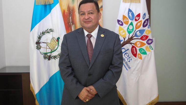 El ministro Raúl Romero explica el proceder del segundo desembolso  del bono familia. Foto Prensa Libre: Norvin Mendoza