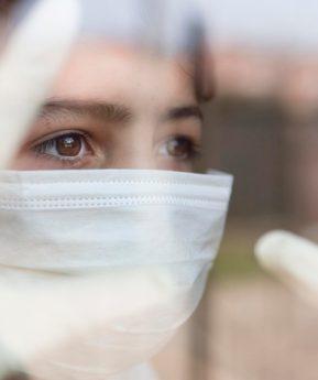 Contagios de coronavirus en niños van en aumento, advierten los CDC