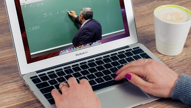 Los docentes virtuales deben practicar una metodología que combine la tecnología y las actividades prácticas en casa. (Foto Prensa Libre: Shutterstock).