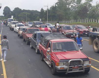 Durante el sábado 1 de agosto se observaron largas filas de vehículos que transitaron por el peaje Palín-Escuintla. (Foto Prensa Libre: Carlos Paredes)