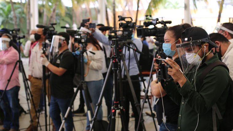 """Los periodistas atraviesan un """"momento muy duro"""" por los riesgos que corren ante el coronavirus, indica la SIP. (Foto Prensa Libre: Voz de América)"""