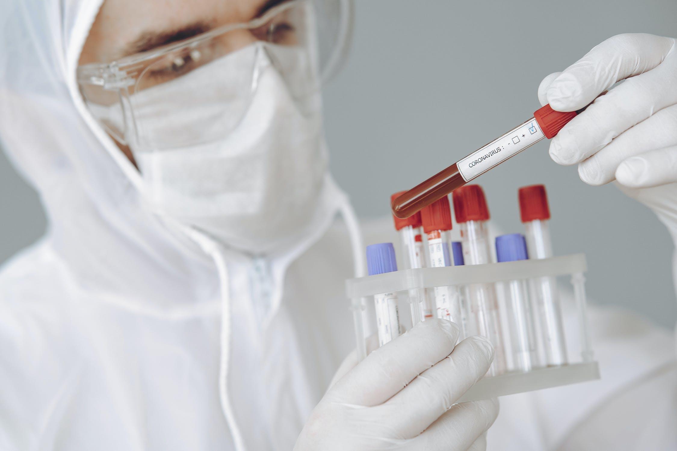 Los menores tendrían mayor carga viral que podría incidir en la propagación de covid-19, según evidencia reciente, afirman los CDC. (Foto Prensa Libre: Servicios)