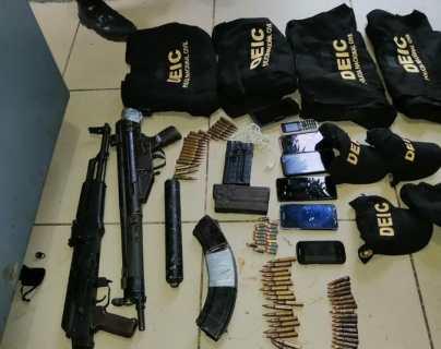 Fusiles e indumentaria de la PNC incautados a los detenidos.  (Foto Prensa Libre: PNC)
