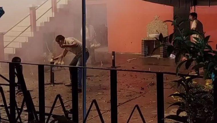 Gran cantidad de bombas pirotécnicas fueron quemadas en la feria de Mixco. (Foto Prensa Libre: Byron García)