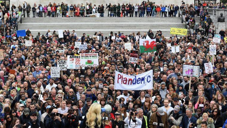 """""""Pensadores libres"""", activistas antivacunas, partidarios de la teoría de la conspiración y simpatizantes de extrema derecha se dieron cita en esta protesta, bautizada como """"fiesta de la libertad y de la paz"""". (Foto Prensa Libre: EFE)"""