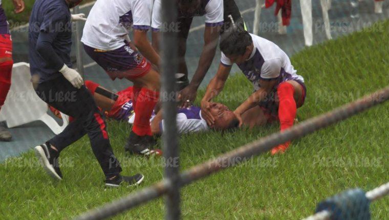 """El jugador Eduardo """"el Torito"""" Gómez, del Deportivo San Pedro, cayó mientras estaba en la banca del Estadio Doroteo Guamuch Flores. (Foto Prensa Libre: Norvin Mendoza)"""