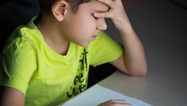 Contenidos desconocidos pueden resultar difíciles para algunos niños; razón que los puede llevar a sentirse molestos o irritados. (Foto: Shutterstock)