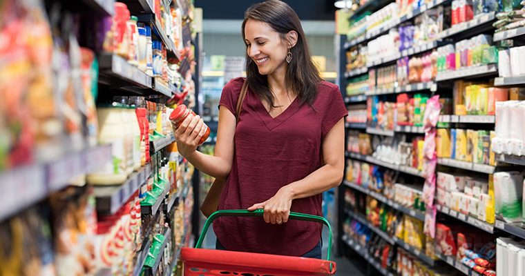 El consumidor latino en Estados Unidos está cobrando importancia entre cadenas de supermercados que buscan abastecerse de productos de sus países de origen. (Foto Prensa Libre: Shutterstock)