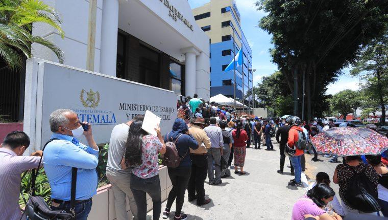 Cientos de trabajadores  han llegado al Ministerio de Trabajo a  denunciar que fueron despedidos y el patrono no les pagó la indemnización. (Foto, Prensa Libre: Hemeroteca PL).