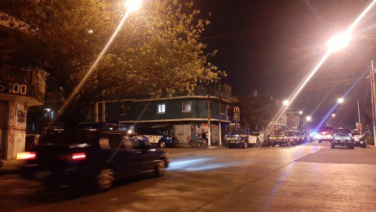 Autopatrullas de la PNC en el lugar del operativo. (Foto Prensa Libre: Andrea Domínguez)