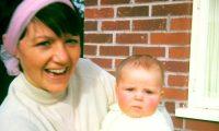 Bea Jones con Moira cuando era bebé.