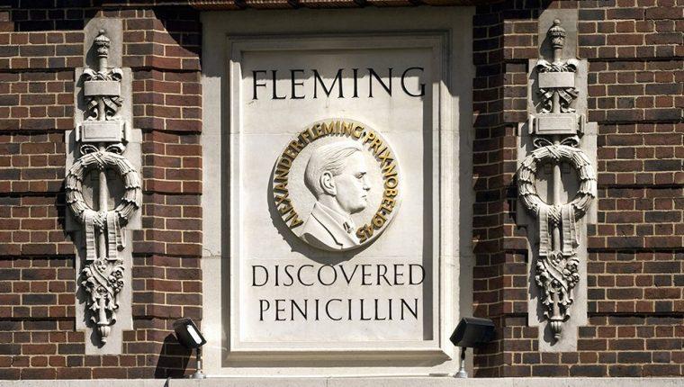 """Alexander Fleming se hizo mundialmente conocido por ser quien descubrió la penicilina, pero algunos sostienen que el médico costrarricense """"Clorito"""" Picado lo descubrió primero."""
