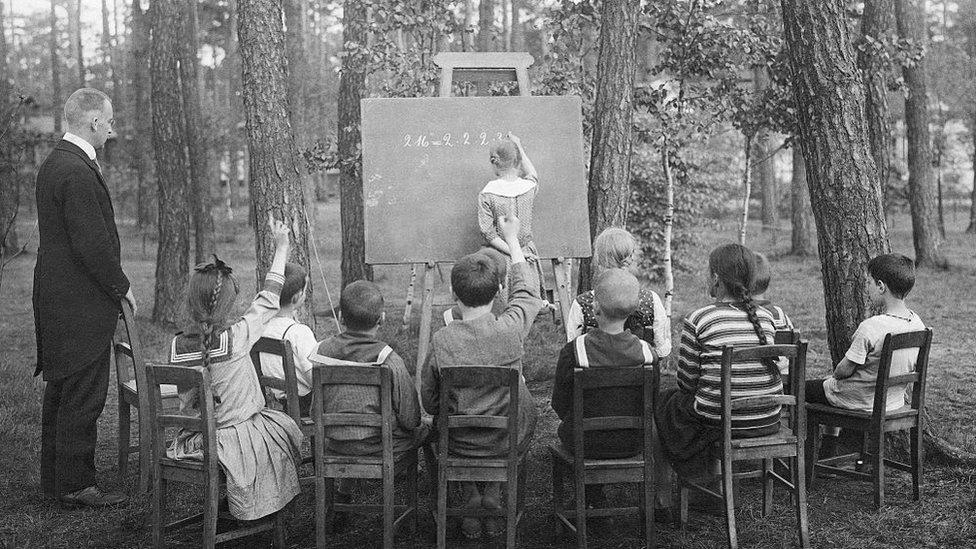 Coronavirus y educación: la original manera de cómo hace 100 años se fomentó el regreso a la escuela en medio de una terrible enfermedad infecciosa