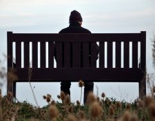 La soledad y el aislamiento son factores clave que explican por qué muchos hombres mayores de edad deciden quitarse la vida.