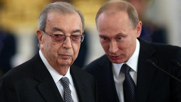 En 1992, Yevgeny Primakov admitió que el servicio de inteligencia ruso estaba detrás de los artículos periodísticos que afirmaban que el sida había sido fabricado por el gobierno estadounidense.