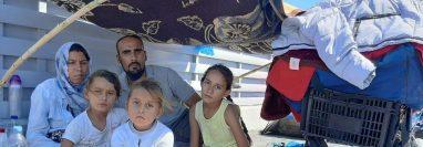 La familia Hosseini se quedó sin techo cuando el fuego destruyó su tienda en el campamento de refugiados de Moria.