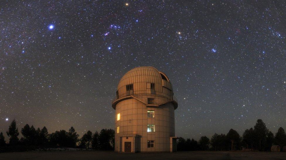¿Cómo funciona un telescopio? ¿Pueden ayudar a encontrar vida en otros planetas? Dos expertos responden las preguntas sobre astronomía de los lectores de BBC Mundo
