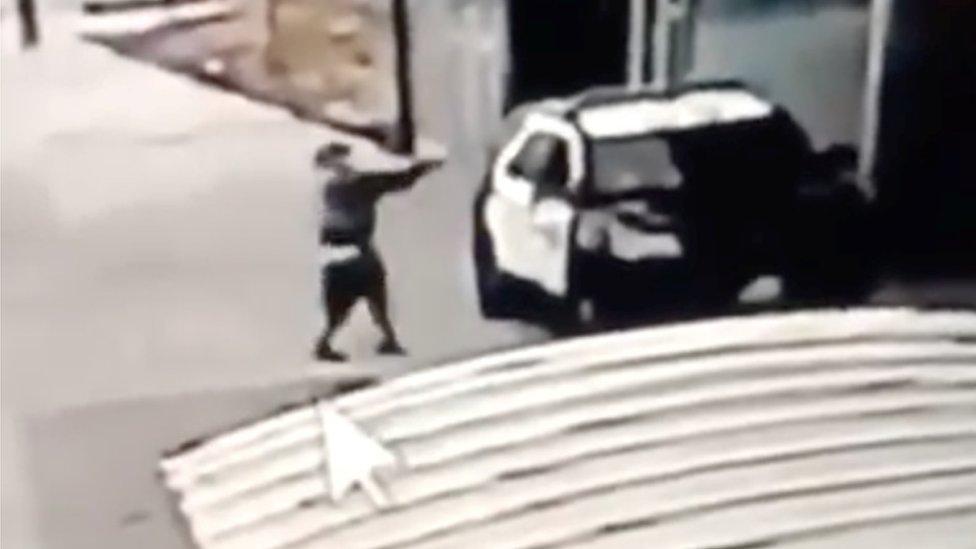 Violencia en Estados Unidos: el impactante video del ataque a tiros contra dos policías en Los Ángeles
