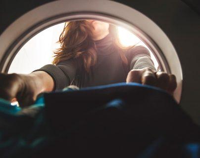 """Contaminación por plástico: el enorme (y silencioso) problema de las """"pelusas"""" que libera la lavadora"""