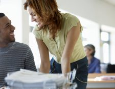 En muchos centros de trabajo surgen relaciones amorosas.