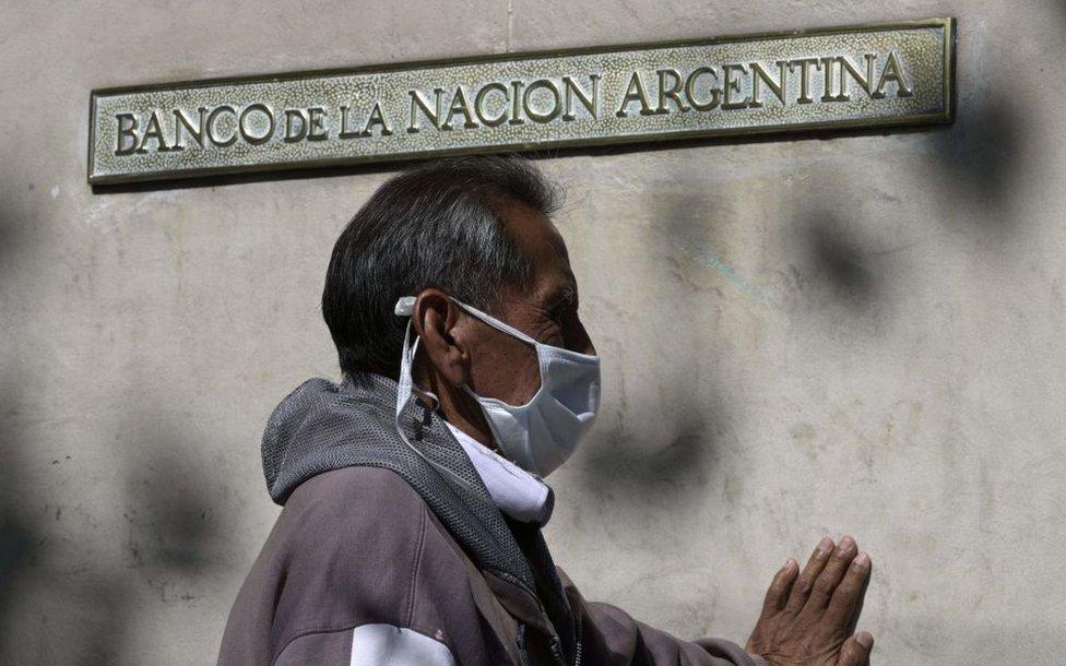 Coronavirus y economía: por qué la pandemia ha llevado a millones de latinoamericanos a abrir una cuenta de banco (y cómo puede ayudar a la recuperación)