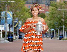 Naomi Osaka, de Japón, posa con el trofeo US Open en la sesión de fotografía de este domingo. (Foto Prensa Libre: AFP).