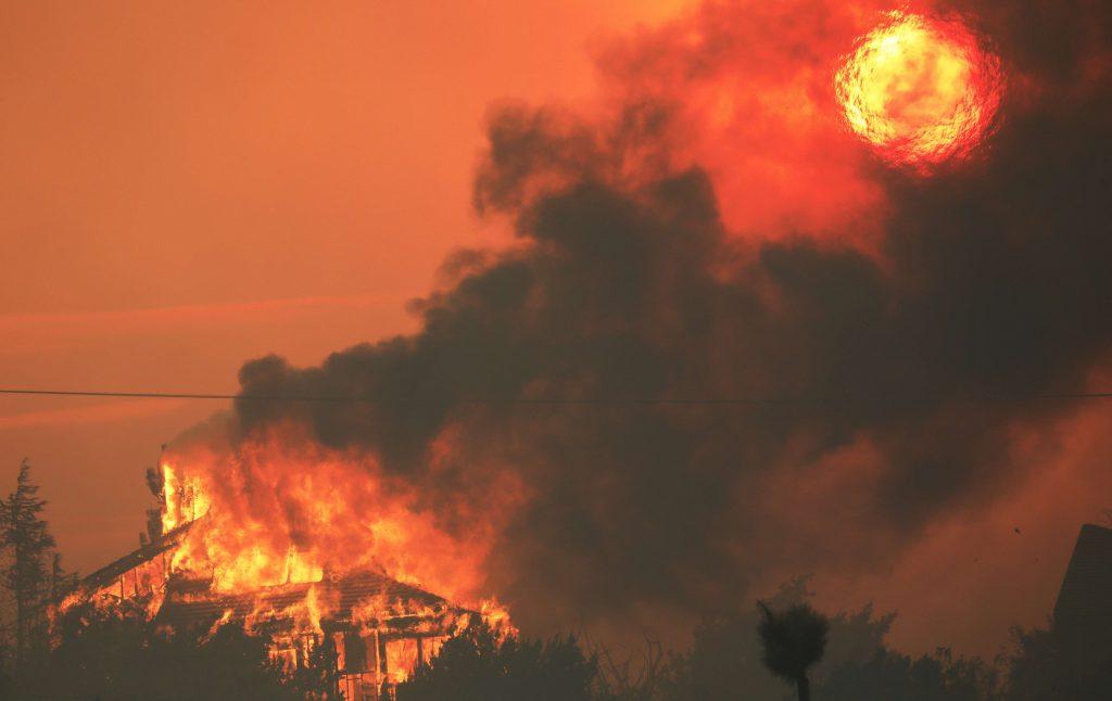 """Uno de los """"mayores incendios"""" de Los Ángeles dobla su tamaño y desplaza a más población"""