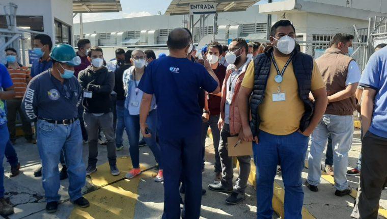 Personal del hospital del parque de la Industria reclaman el cumplimiento del contrato. (Foto Prensa Libre: Andrea Domínguez)