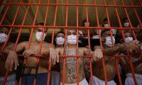 AME2722. QUEZALTEPEQUE (EL SALVADOR), 04/09/2020.- Pandilleros de Mara Salvatrucha (MS-13) permanecen tras una celda hoy, en el centro penal de Quezaltepeque (El Salvador). El pronunciado descenso de la violencia homicida en El Salvador, capitalizado por el Gobierno de Nayib Bukele como su principal logro en poco más de un año en el poder, quedó en entredicho luego de que una investigación periodística lo atribuyera a un pacto con la pandilla Mara Salvatrucha (MS13). EFE/ Rodrigo Sura