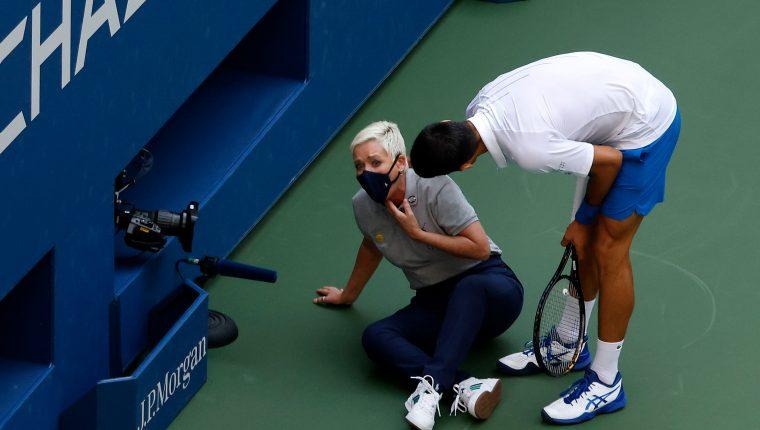 Novak Djokovic quedó descalificado del US Open por dar un pelotazo a una jueza. (Foto Prensa Libre: EFE)