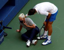 Novak Djokovic intentó ayudar a una juez de línea después de golpearla con una bola en la garganta. (Foto Prensa Libre: Hemeroteca PL)