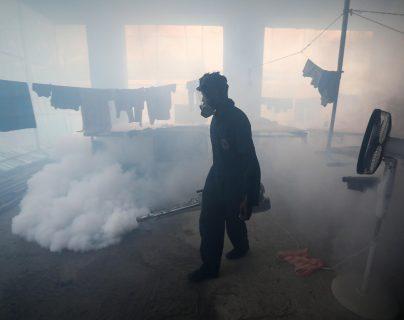 La fumigación ha sido uno de los métodos del Ministerio de Salud efectivos para detener la propagación del dengue en el país. (Foto Prensa Libre: Hemeroteca PL)