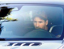 El delantero del Barcelona Lionel Messi a su llegada este lunes, a la Ciudad Deportiva Joan Gamper par empezar la pretemporada con el conjunto azulgrana. (Foto Prensa Libre: EFE)