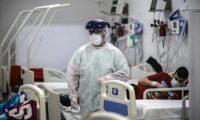 Personal médico realiza controles de rutina a pacientes Ccovid-19, el 6 de septiembre de 2020, en un hospital de la Provincia de Buenos Aires (Argentina). (Foto Prensa Libre: EF)