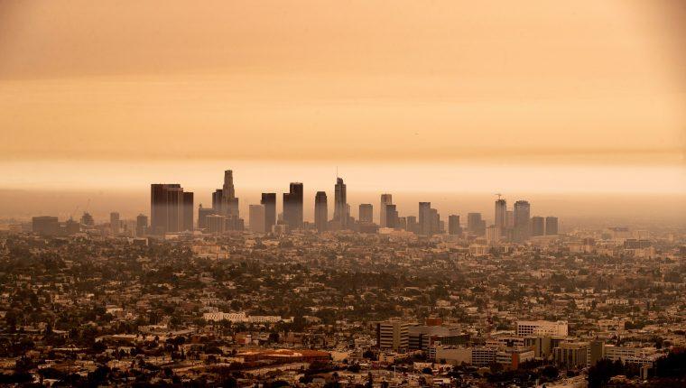 Vista del centro de Los Ángeles bajo un cielo nublado naranja por el humo de los incendios forestales de California. (Foto Prensa Libre: EFE)