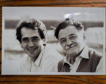 Reproducción fotográfica en la que aparece el cantautor español Joan Manuel Serrat (i) junto al poeta uruguayo Mario Benedetti (d). (Foto Prensa Libre: EFE/ Cortesía Fundación Benedetti)