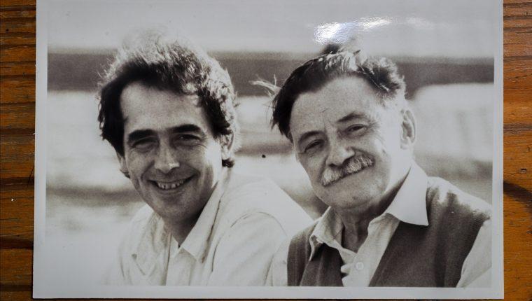 """ACOMPAÑA CRÓNICA: MARIO BENEDETTI. AME4128. MONTEVIDEO (URUGUAY), 12/09/2020.- Reproducción fotográfica en la que aparece el cantautor español Joan Manuel Serrat (i) junto al poeta uruguayo Mario Benedetti (d). ¿Qué tienen en común un tema del cantautor uruguayo Eduardo Darnauchans y una escena del film argentino """"El lado oscuro del corazón""""? Nada más y nada menos que la pluma de Mario Benedetti, un autor cuya obra tuvo en la música y en el cine una popularidad que trascendió fronteras y generaciones. EFE/ Cortesía Fundación Benedetti/SOLO USO EDITORIAL/NO VENTAS"""
