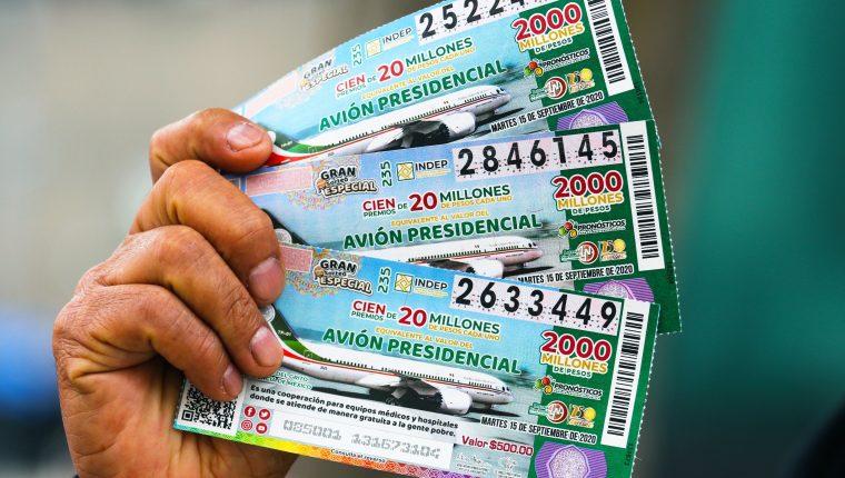 Fotografía de los boletos para la rifa del avión presidencial en México. (Foto Prensa Libre: EFE)