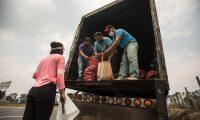 GU001. EL TEJAR (GUATEMALA), 16/09/2020.- Agricultores entregan parte de sus cosechas a personas que con banderas blancas claman por ayuda, el 29 de abril de 2020, en la carretera de El Tejar, Chimaltenango (Guatemala). Un grupo de poblados establecidos en la zona oeste de las faldas del volcán de Fuego de Guatemala se ampara en la agricultura comunitaria, con tecnología de riego y con protección de las cenizas, para sobreponerse a los estragos económicos y sociales de la COVID-19. La agricultura orgánica en Guatemala se realiza en 200.000 hectáreas, de acuerdo con estimaciones del Ministerio de Agricultura, Ganadería y Alimentación. Este tipo de agricultura sostenible también ha fomentado la asociatividad entre productores, con beneficio de unos 57.000 campesinos de 6000 familias, según cifras del Ministerio. EFE/ Esteban Biba