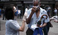 SJS01. SAN JOSÉ (COSTA RICA), 18/09/2020.- Varios médicos reparten mascarillas a los transeúntes hoy en las calles de San José (Costa Rica) como parte de una campaña para la prevención contra el COVID-19. Costa Rica contabilizó para este viernes 1556 casos de contagios de COVID-19 para un total de 62374 y 20 decesos para un total de 686 fallecidos, anunciaron las autoridades costarricenses. EFE/Jeffrey Arguedas