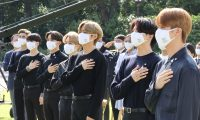 Seoul (Korea, Republic Of), 19/09/2020.- The members of K-pop boy band BTS salute the national flag during the inaugural Youth Day event at the presidential compound Cheong Wa Dae in Seoul, South Korea, 19 September 2020. (Corea del Sur, Seúl) EFE/EPA/YONHAP SOUTH KOREA OUT