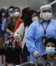 Viajeros hacen fila en el Aeropuerto Internacional San Óscar Arnulfo Romero y Galdámez, en San Luis Talpa, El Salvador, donde las actividades regresan a la normalidad en medio de un repunte de casos de coronavirus. (Foto Prensa Libre: EFE)