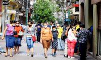 AME6722. TEGUCIGALPA (HONDURAS), 22/09/2020.- Personas caminan hoy en el casco histórico de Tegucigalpa (Honduras). Honduras se enfrenta a la urgencia de avanzar a la segunda fase de la reapertura económica para evitar más efecto sobre su débil economía, pero con la curva de contagios de la pandemia de COVID-19 aún en ascenso. EFE/Humberto Espinoza