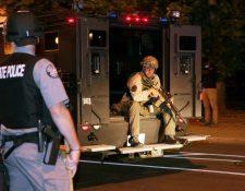 Las protestas en Louisville se tornaron tensas. (Foto Prensa Libre: EFE)